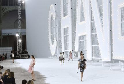 Chanel retoma en París sus llamativas puestas en escena