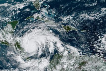 """""""Iota"""" toma fuerza y se convierte en huracán categoría 5"""