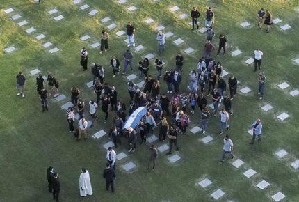 Sepultan restos de Maradona en cementerio de Buenos Aires