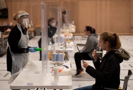 Inglaterra: infecciones por Covid-19 bajan 30%