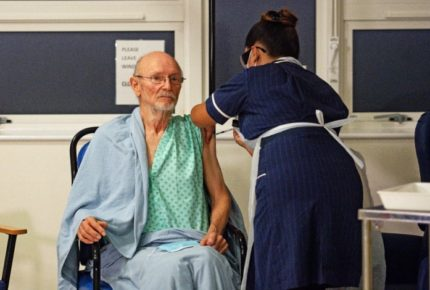 Reino Unido logra objetivo de vacunación a mayores de 50 años