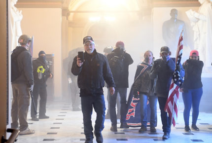 Acusan a tres hombres por asalto al Capitolio