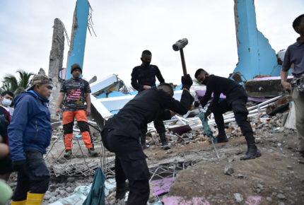 Sismo en Indonesia deja más de 30 muertos