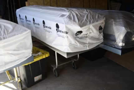 Ataúdes en la sala de descanso, funeraria en Los Ángeles colapsa