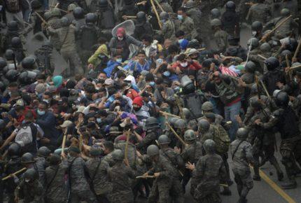 En Guatemala usan gas lacrimógeno contra migrantes