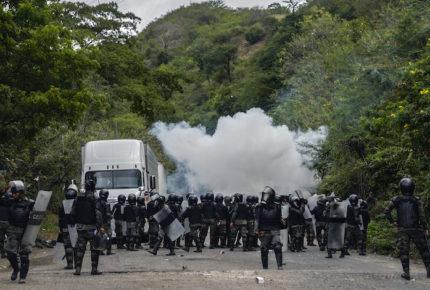 Policías dispersan por la fuerza a caravana migrante en Guatemala