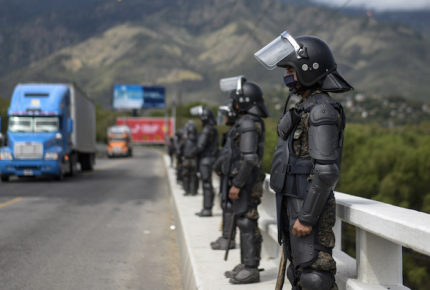 Tras represión, caravana migrante regresa a Honduras