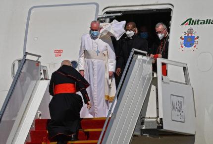 El Papa arranca 'contento' su histórica visita a Irak