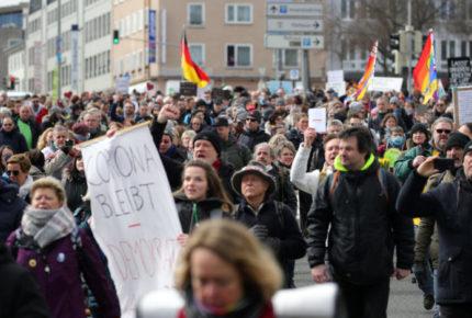 Chocan en Alemania policías y opositores al confinamiento
