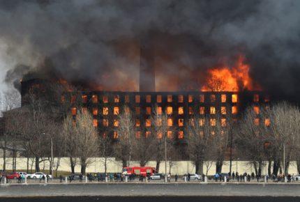 Dos detenidos por incendio de histórica fábrica de Rusia