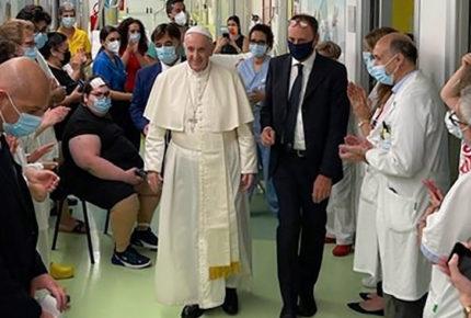 Papa Francisco abandona el hospital tras cirugía