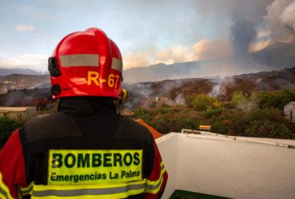 Miles son evacuados por explosión de volcán en Canarias