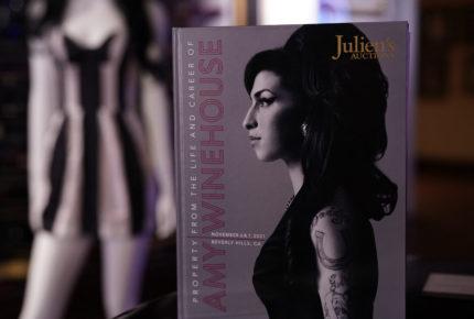 Subastan ropa y objetos de Amy Winehouse