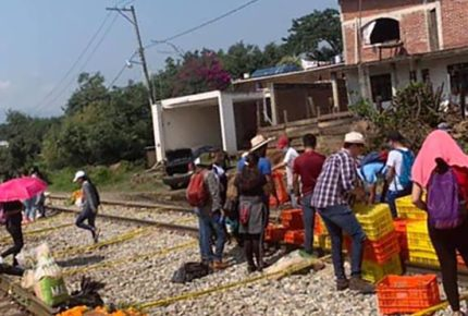 Normalistas de Michoacán montan ofrendas en vías férreas