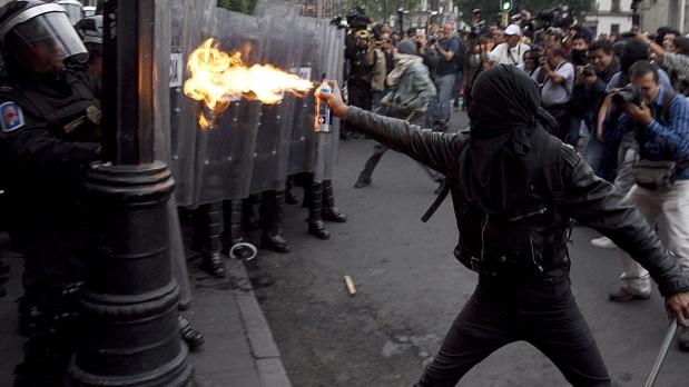anarquistas-contra-policias-en-el-df-619x348