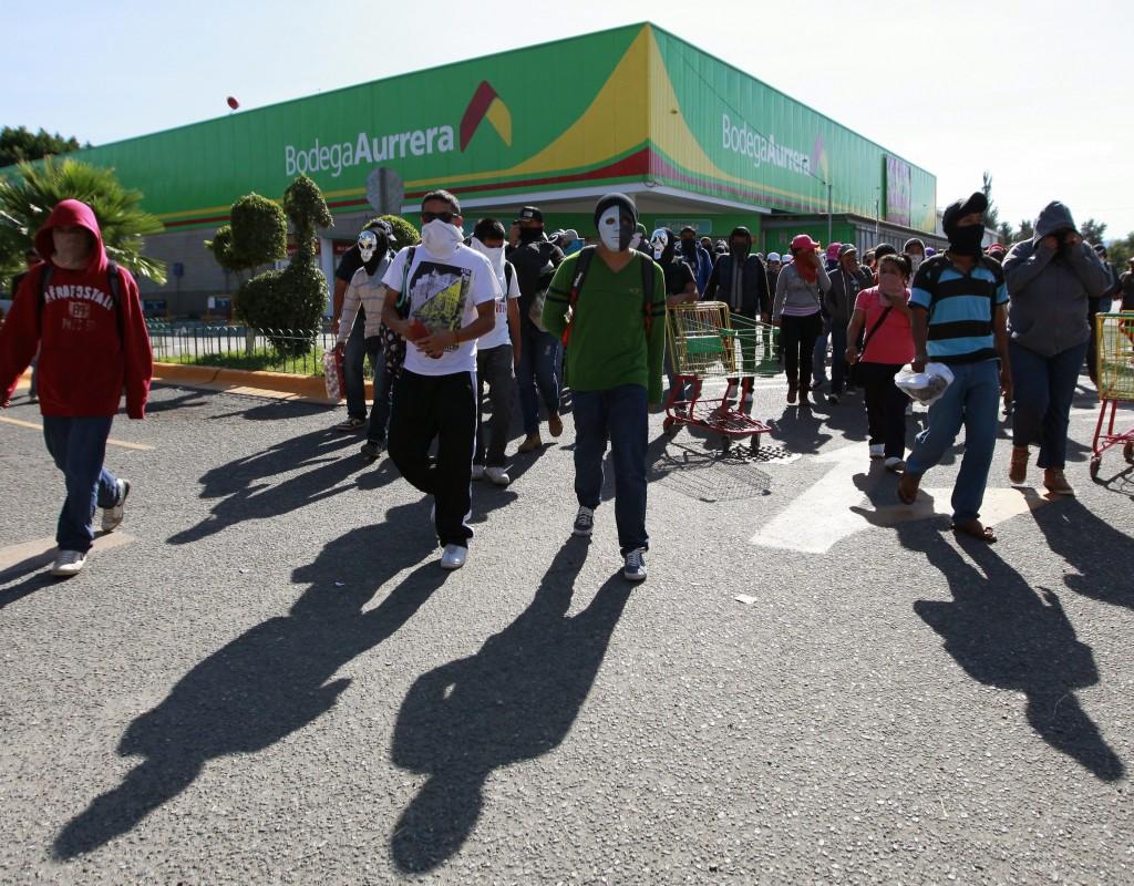 Normalistas saquean comercios en Chilpancingo