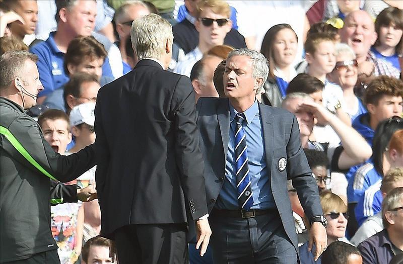 Wenger empuja a Mourinho durante el Arsenal-Chelsea