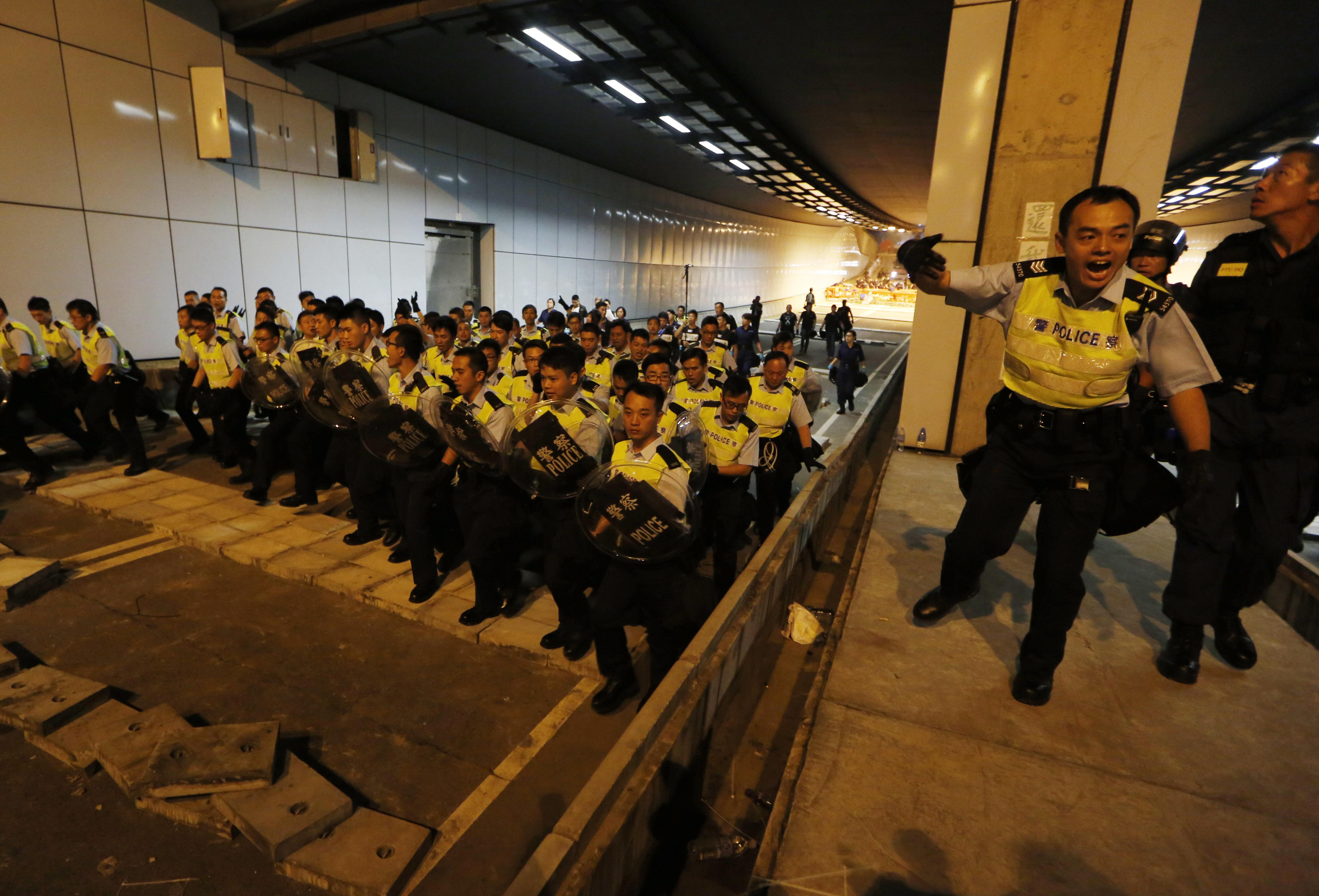 Suspenden a 7 policías por golpear a activista en Hong Kong