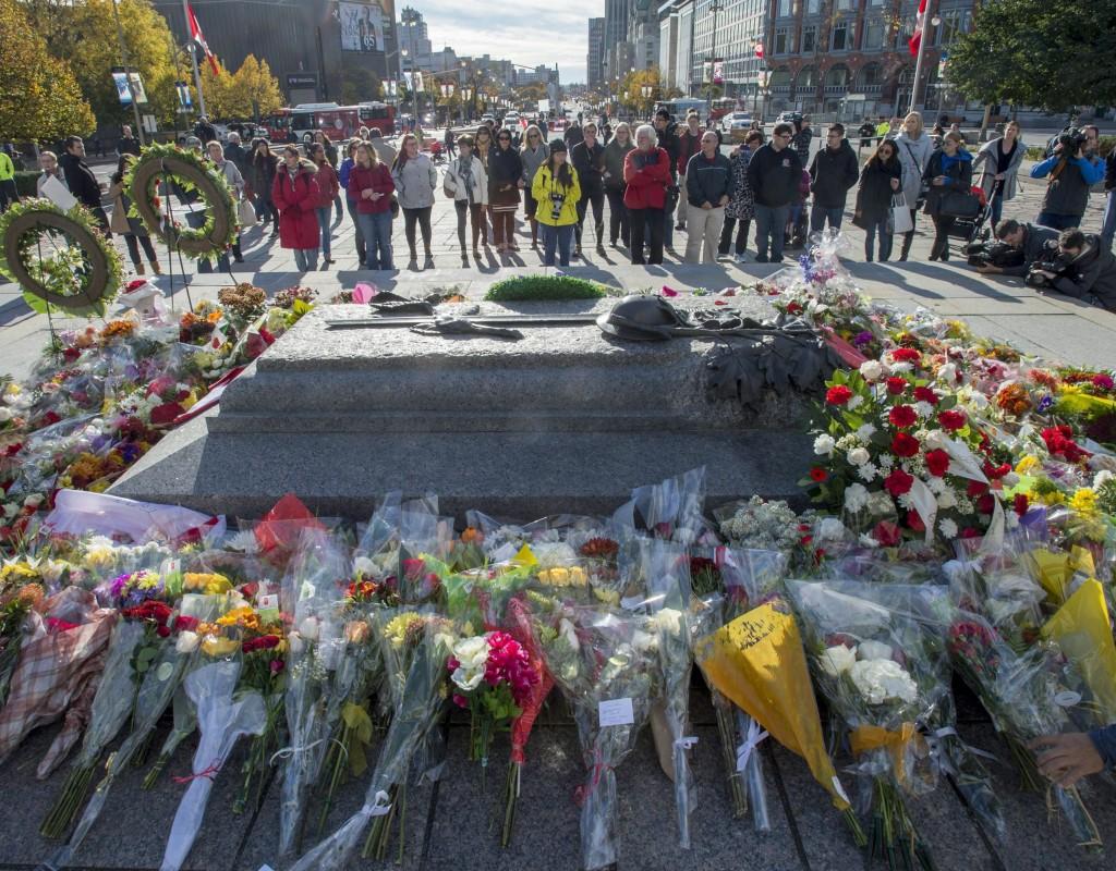 Colocan ofrendas florales por víctimas de ataque en Ottawa