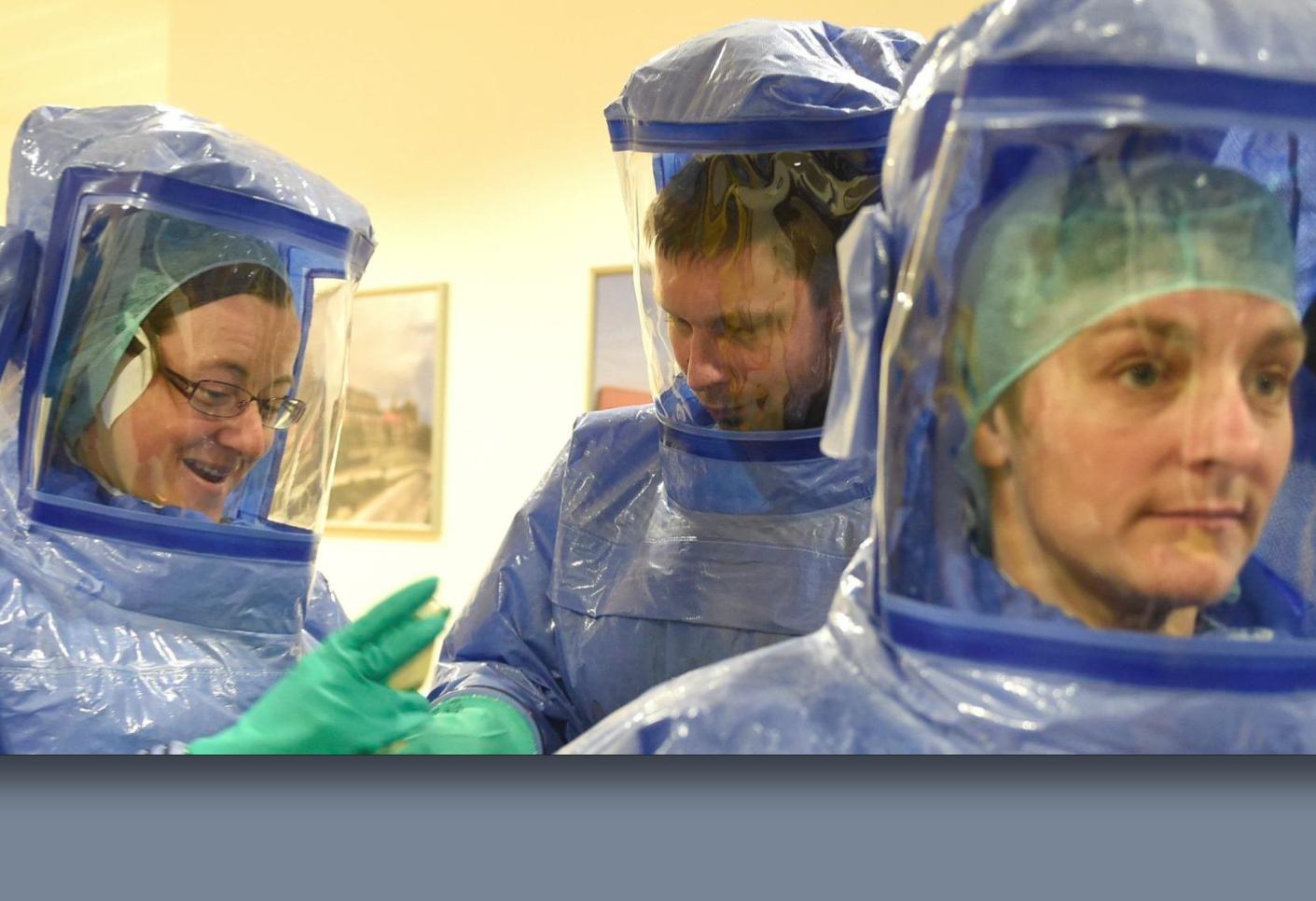 """Me infecté de ébola """"al quitarme el traje"""", dice enfermera"""