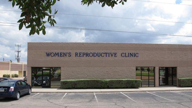 Activistas denuncian cierre de 13 clínicas de aborto en Texas