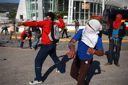 Ayotzinapa hundida en el fango de la política