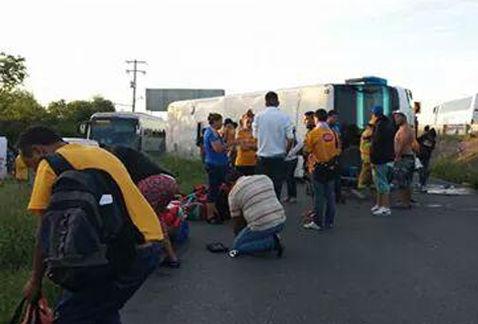 Vuelca camión con seguidores de Tigres; hay 20 heridos