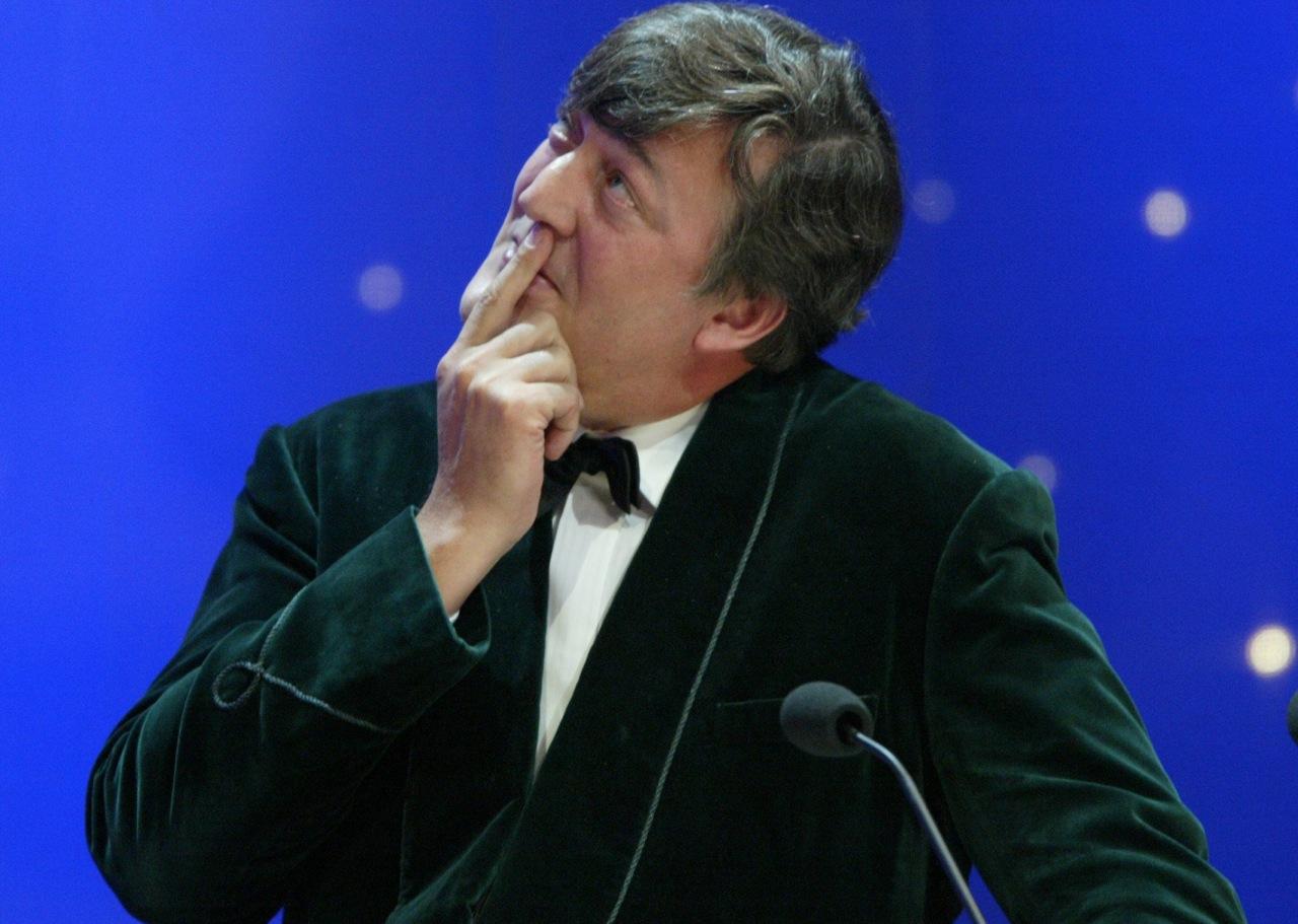Revela Stephen Fry que inhaló coca en el Palacio de Buckingham