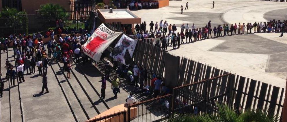 Permiten salida de mujeres y niños de Palacio de Chilpancingo