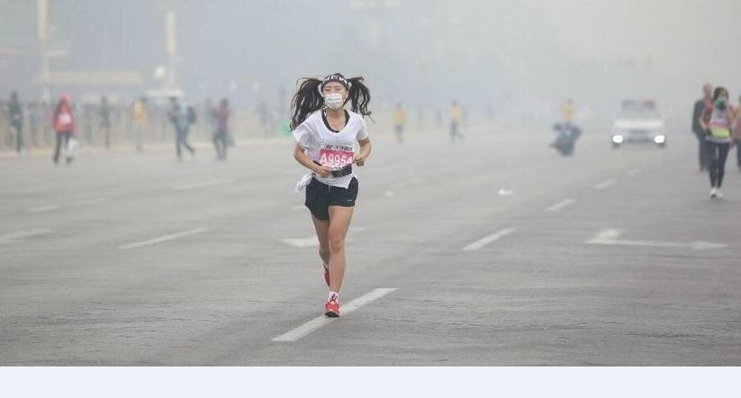 Máscaras y esponjas contra el smog en Maratón de Beijing