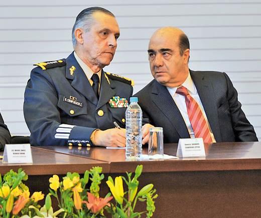 Murillo Karam se confronta a las huestes del general Cienfuegos