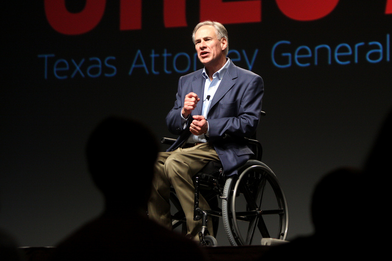 Promete revocar ley antimigrante si gana gubernatura de Texas