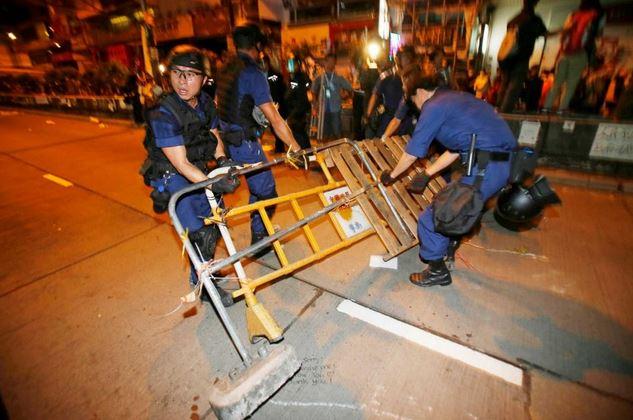 Hong Kong | Policías retiran barricadas de estudiantes