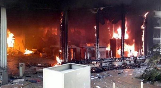 Manifestantes incendian ayuntamiento de Iguala