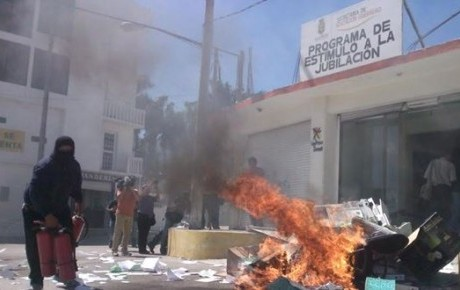 Normalistas queman oficina de SEG en Chilpancingo