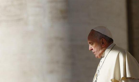 Cobrar por sacramentos convierte templos en negocios: Francisco