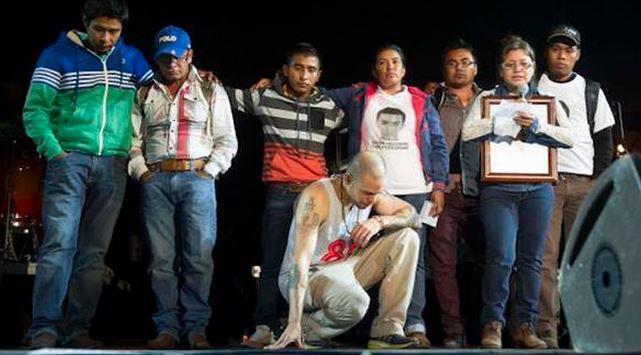 Calle 13 recuerda a 43 normalistas en concierto del DF