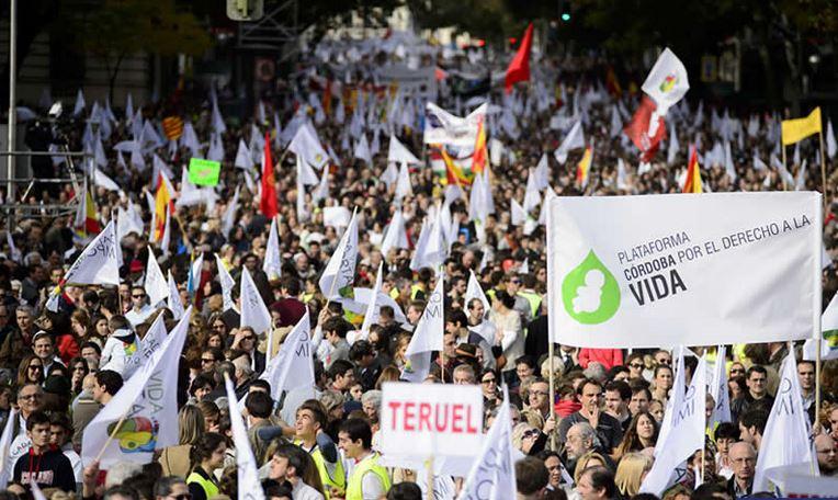 Miles de personas se manifiestan en Madrid contra el aborto
