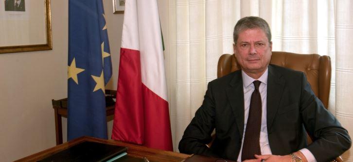 El embajador Alessandro Busacca no la debe estar pasando muy bien
