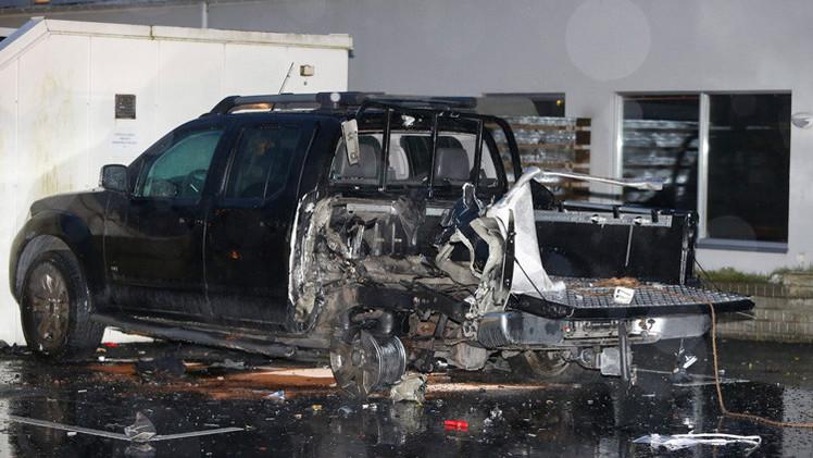 Explotan dos coches bomba en barrio de inmigrantes en Suecia