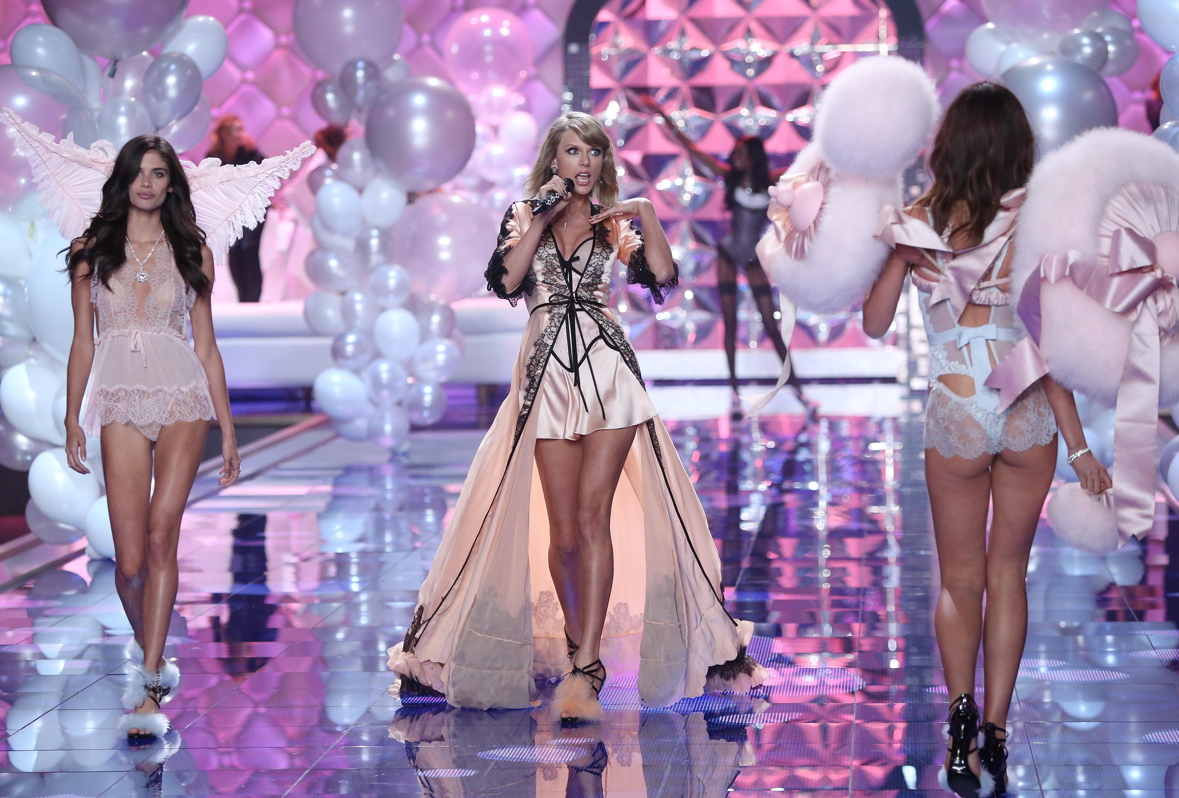 Taylor Swift, un ángel en el desfile de Victoria's Secret