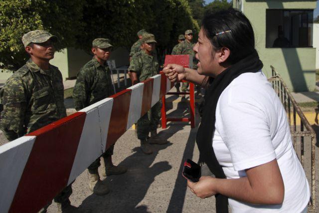 Padres de normalistas 'toman' cuartel militar de Iguala