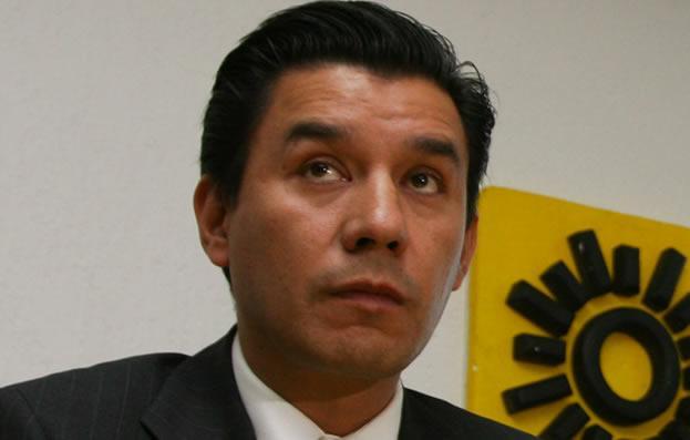 Entre Ebrard, AMLO y Bautista, el delegado en Iztapalapa