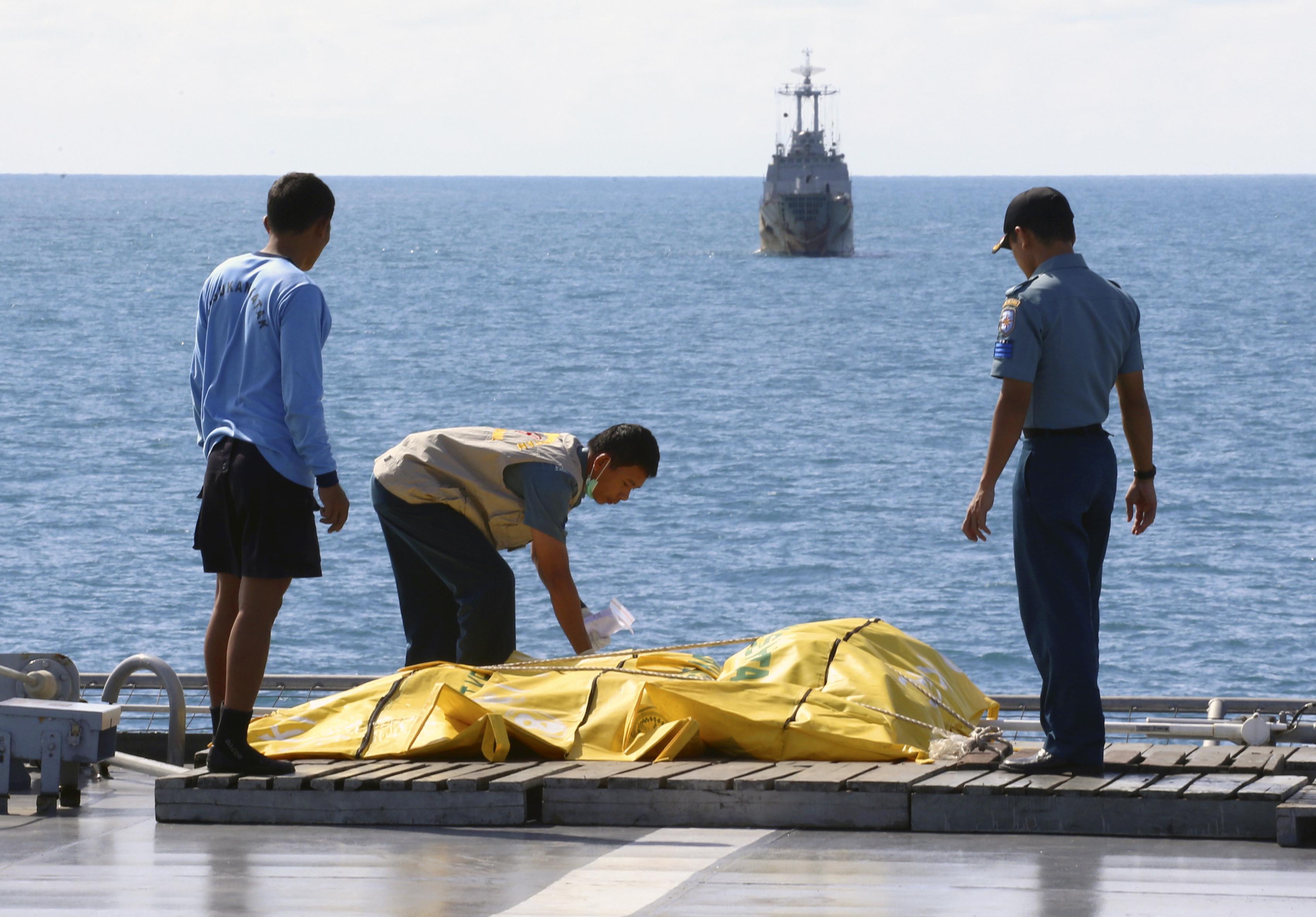 Suman 100 cuerpos rescatados por desplome de avión