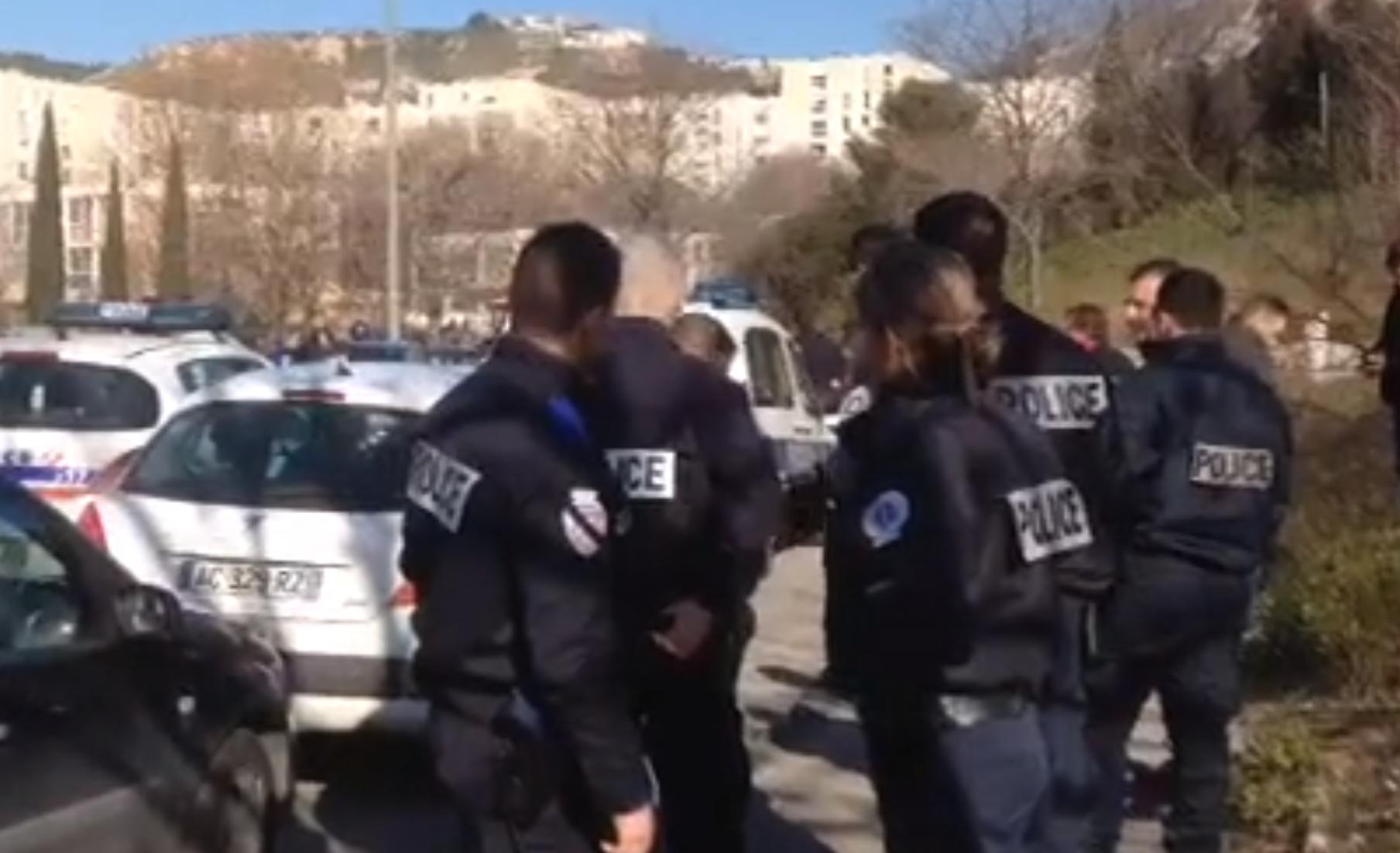 Encapuchados atacan a policía en Marsella