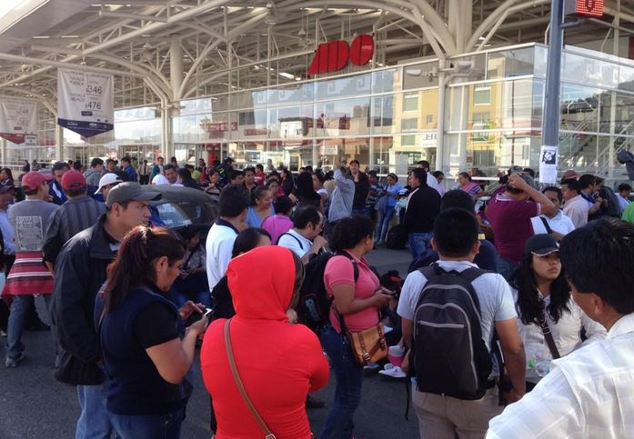 Maestros bloquean terminal de Oaxaca por repliegue en DF