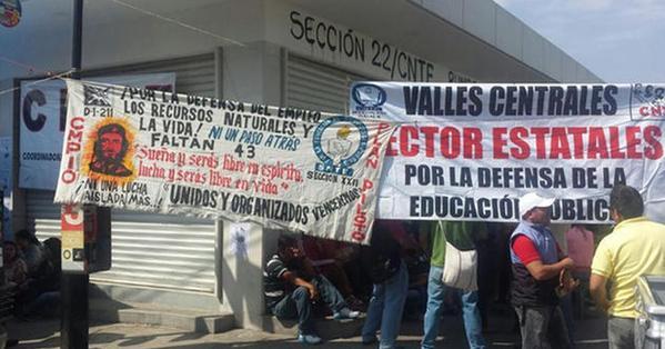 Vuelve Sección 22 a 'tomar' oficinas del gobierno de Oaxaca