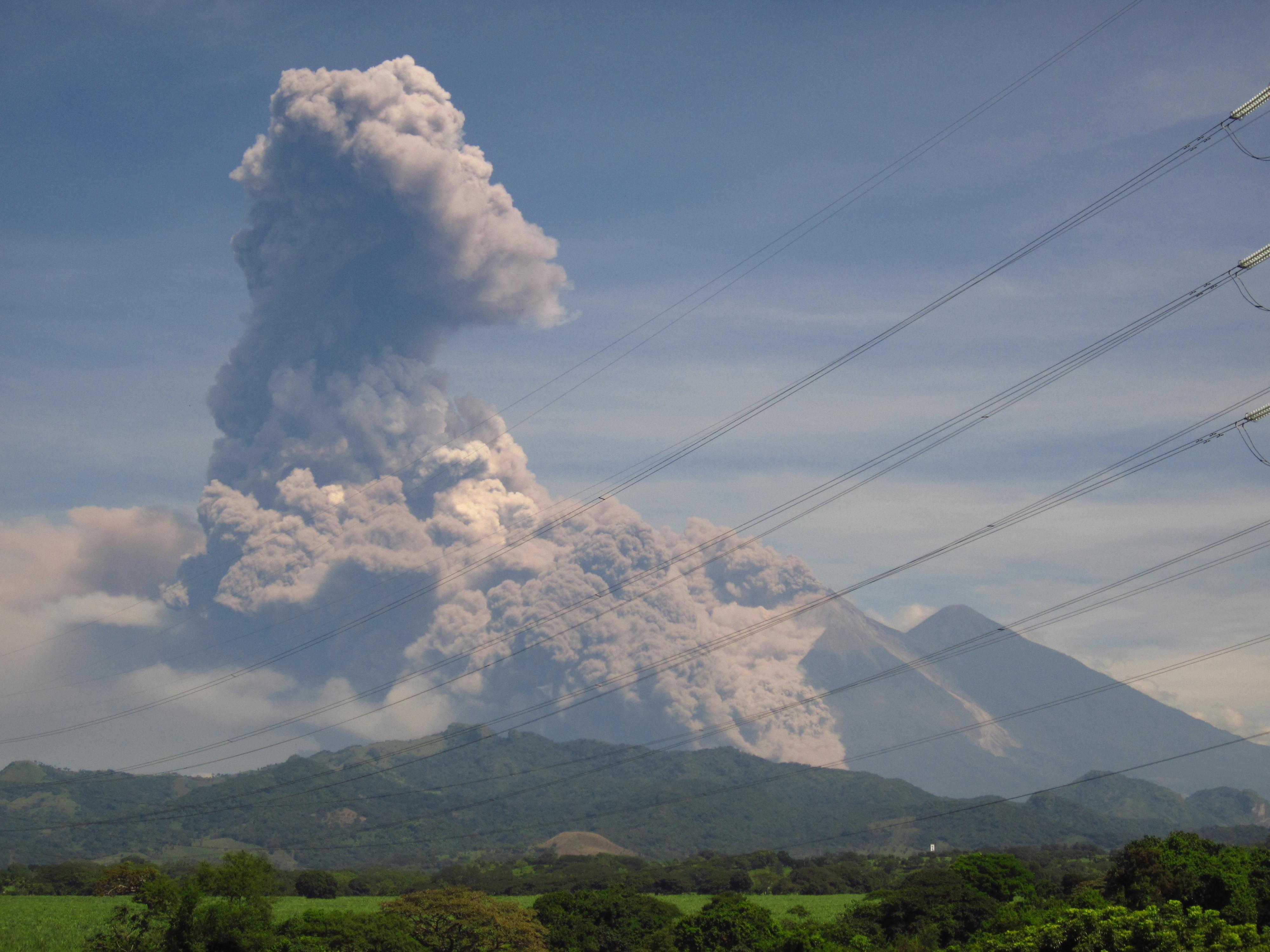 Disminuye actividad de volcán del Fuego; reabren aeropuerto