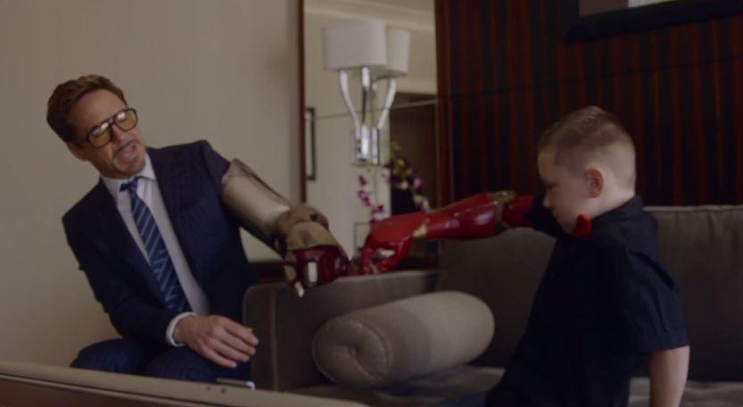 'Iron Man' regala brazo a niño