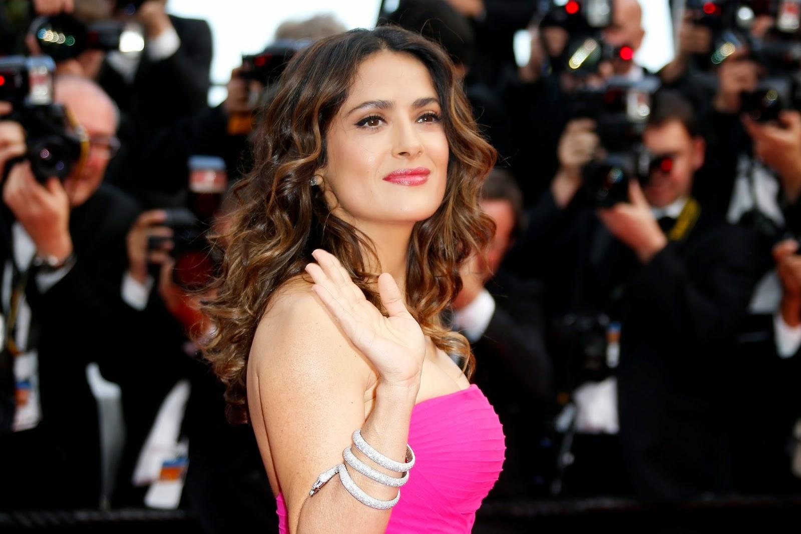 Salma sorprende a Cannes con cabello rosa